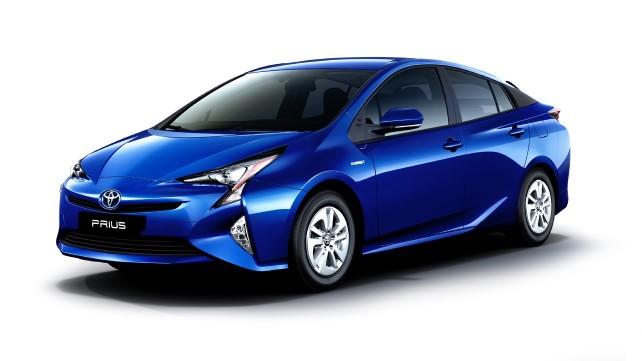 Mobil Hybrid Toyota Prius berwarna biru tua