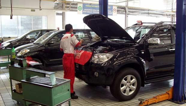 montir Auto2000 sedang cek mesin mobil