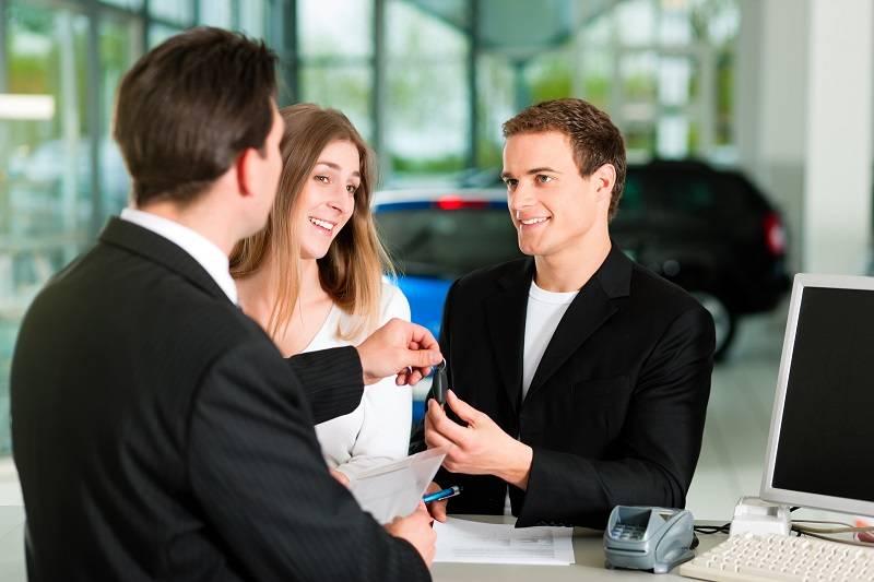 suami isteri ini sedang melakukan transaksi jual beli dengan penjual