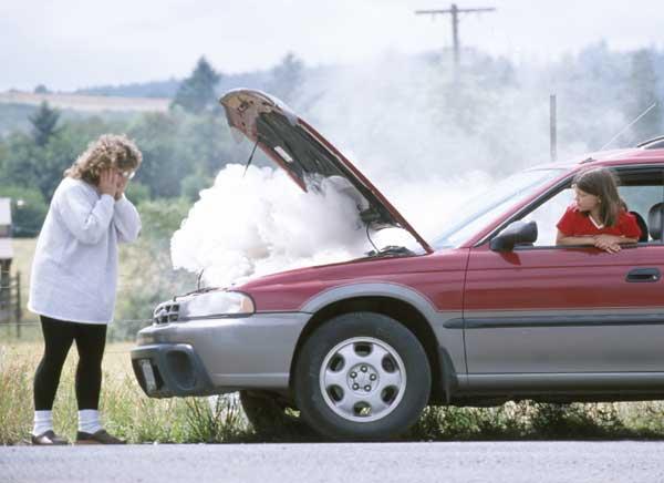Mobil mengalami overheat dan dua wanita ini tidak tahu bagaimana cara mengatasinya