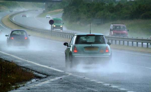 mobil-mobil di jalan basah dan hujan