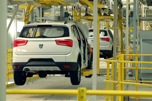 Sistem membuat mobil di pabrik perakitan mobil Wuling di Cina