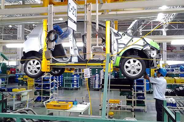 seorang buruh sedang membuat produksi mobil penumpang di pabrik baru Mitsubishi