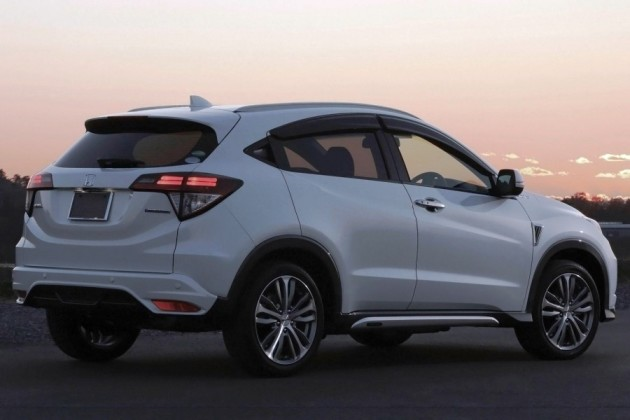Honda Hr-V berwarna Putih sedang di jalan, menarik konsumen
