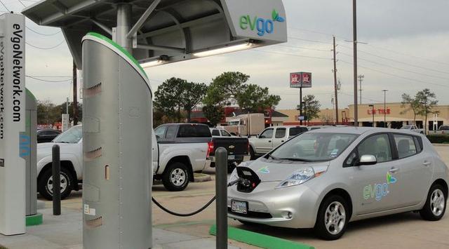 mobil listrik warna sliver sedang isi tenaga