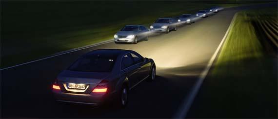 Mobil-mobil di jalan pada malam hari