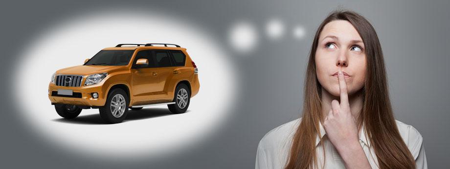 Wanita ini sedang melakukan pertimbangan jika membeli mobil