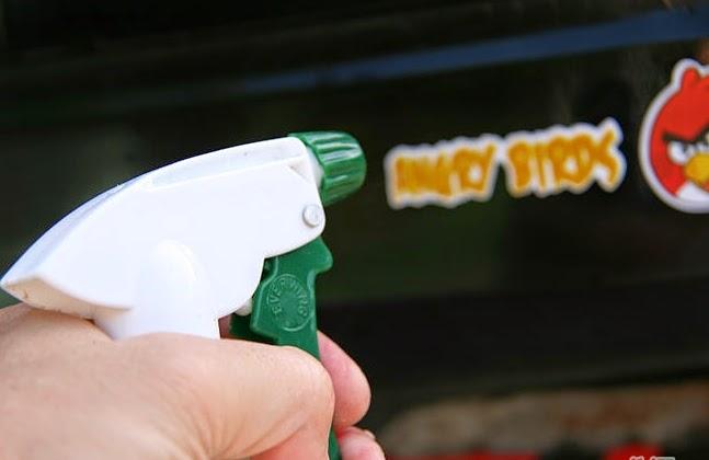 Menggunakan sabun untuk melepaskan stiker mobil