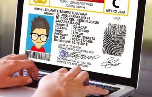 orang sedang membuat SIM online di komputer