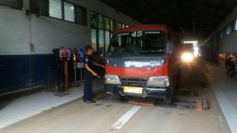 Angkutan umum sedang di uji KIR.