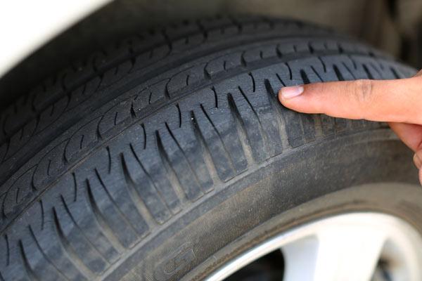 Hindari menghantam lubang dapat merusak ban mobil