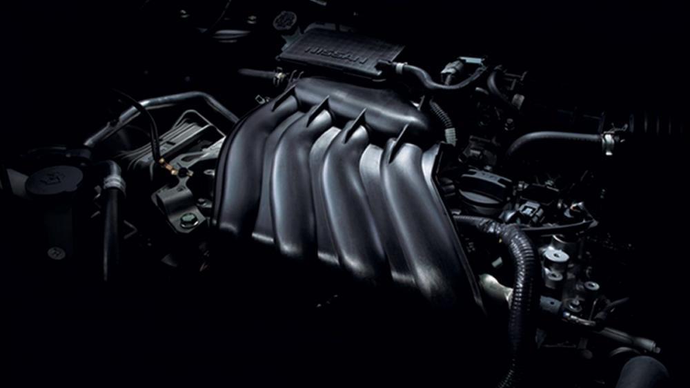 Gambar mesin mobil Nissan Juke 2017 berwarna hitam