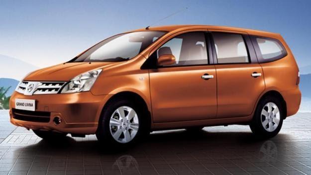 Gambar mobil New Nissan Grand Livina warna orange sedang parkir di showroom mobil Jakarta