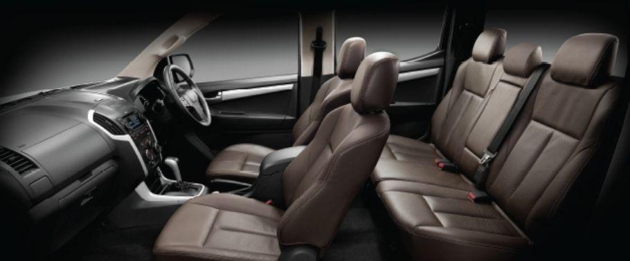 Gambar ruang kabin mobil Isuzu D-Max 2017 ditutupi dengan warna hitam tua