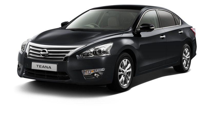 Gambar mobil Nissan Teana 2017 berwarna hitam dilihat dari bagian depan