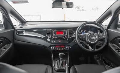 Ruang kabin Kia Carens 2017 dengan setir berwarna hitam, interior pun hitam