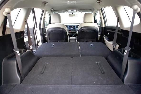 gambar bagian dalam mobil Kia Carens 2017 dengan ruang kabin yang luas