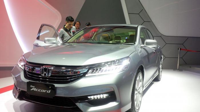 gambar mobil Honda Accord di sebuah showroom mobil di Indonesia