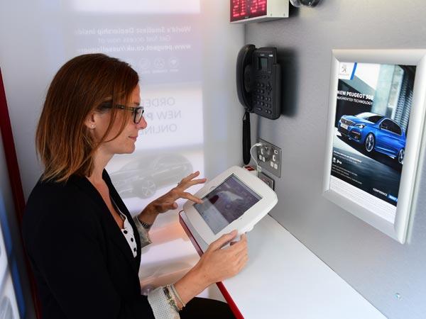 Seorang wanita dalam dealer mobil terkecil di dunia milik Peugeot