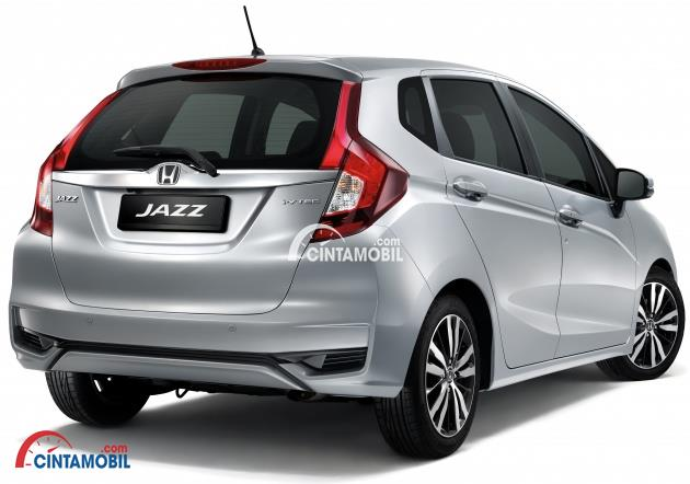 tampilan belakang mobil Honda Jazz 2017 berwarna silver