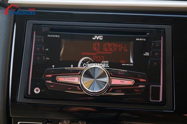 fitur kenyamanan mobil Honda Brio Satya 2017 dengan layar untuk mengotrol multimedia