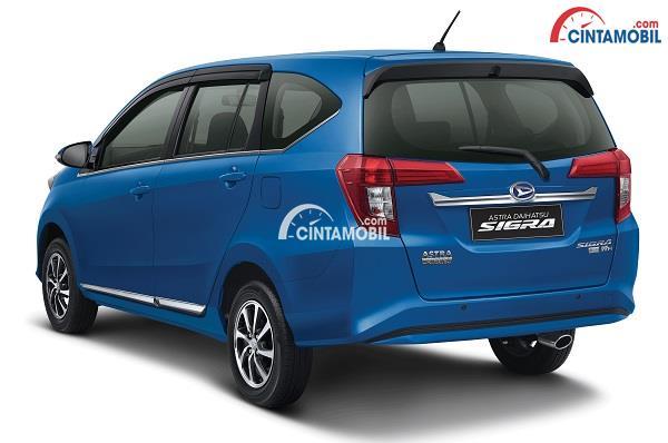 Desain bagian belakang mobil Daihatsu Sigra 2017 berwarna biru tua