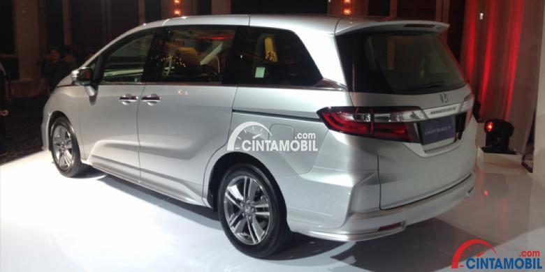 Gambar mobil Honda Odyssey 2017 berwarna silver dilihat dari bagian belakang