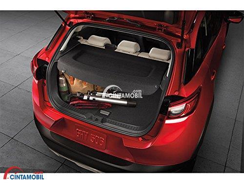 Gambar ruang bagasi mobil Mazda CX-5 2017 berwarna merah dengan berbagai barang di dalam ruang tersebut