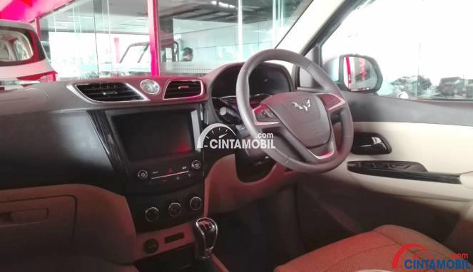 Gambar bagian dashboard mobil Wuling Confero 2017 berwarna pink