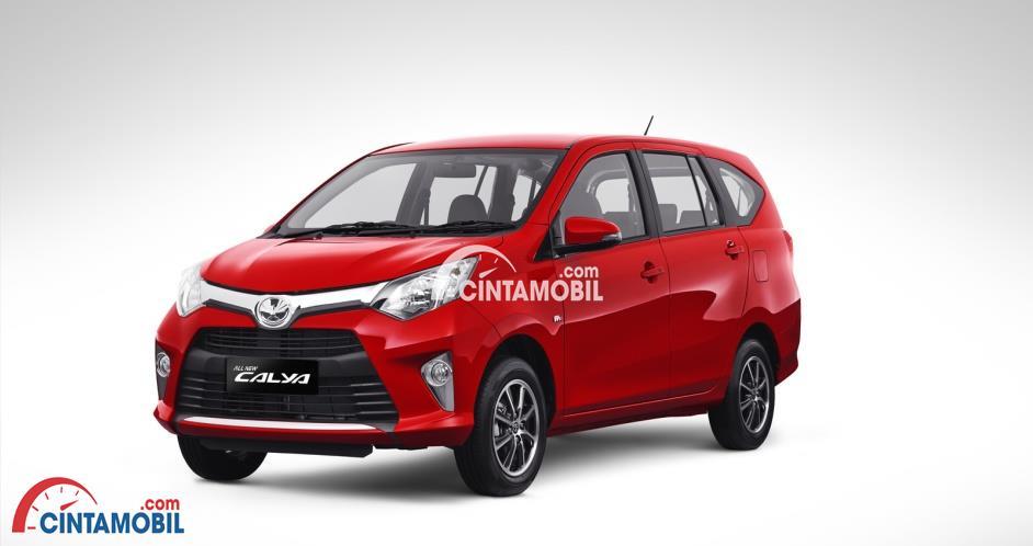 Mobil Toyota Calya 2017 berwarna merah dilihat dari sisi samping