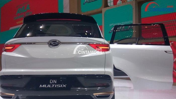 Mobil Toyota Avanza 2018 berwarna putih dilihat dari bagian belakang