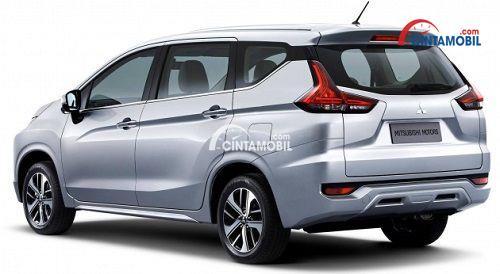 Mobil Nissan Grand Livina 2018 berwarna silver dilihat dari belakang