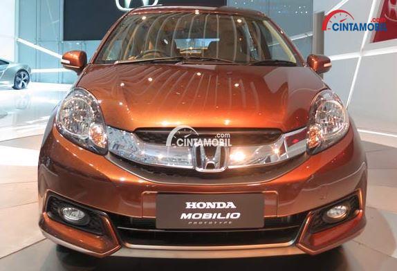 gambar mobil Honda Mobilio 2016 berwarna orange dilihat dari bagian depan