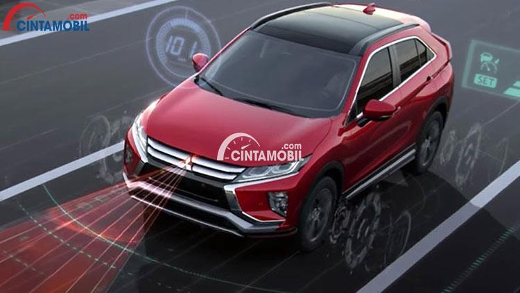 sebuah mobil Mitsubishi Eclipse Cross berwarna merah sedang hadir di pameran otomotif