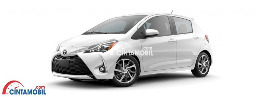 sebuah mobil Toyota Yaris E berwarna silver sedang diparkir