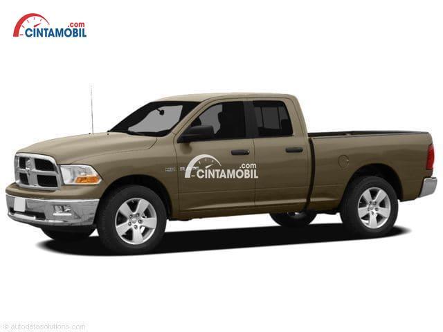 sebuah mobil truk Dodge RAM berwarna golden diparkir