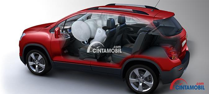 Gambar mobil New Chevrolet Trax 2017 berwarna merah dengan gambar menunjukkan fitur keselamatan yaitu dua airbags di dalamnya