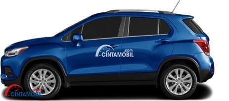 Gambar mobil Chevrolet Trax 2017 berwarna biru dilihat dari sisi samping