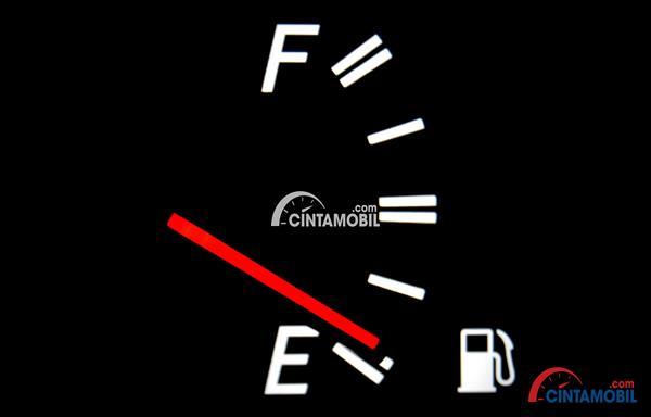 sebuah gambar signal bensin mobil siap habis dalam mobilnya