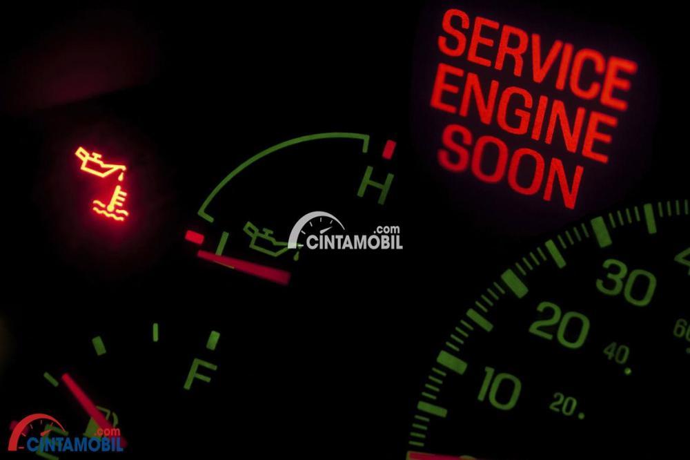 Jam mesin mobil ditampilkan di dalam mobil yang aktif
