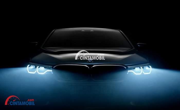 sebuah mobil BMW berwarna hitam sedang ternyala lampu mobilnya