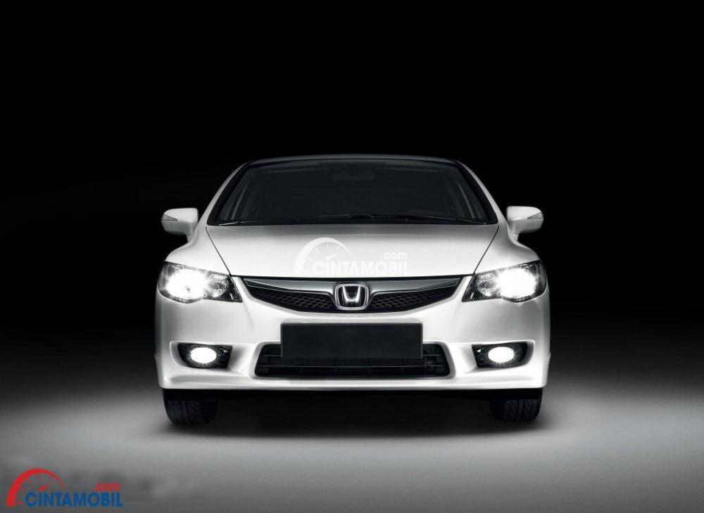 Tampilan bagian depan mobil Honda Civic 2008 berwarna silver