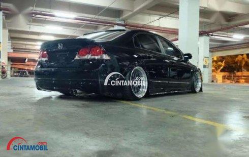 Gambar mobil Honda Civic 2010 berwarna hitam dilihat dari belakang