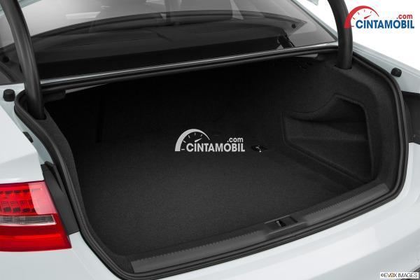 Gambar ruang bagasi mobil Audi A4 2016 berwarna putih