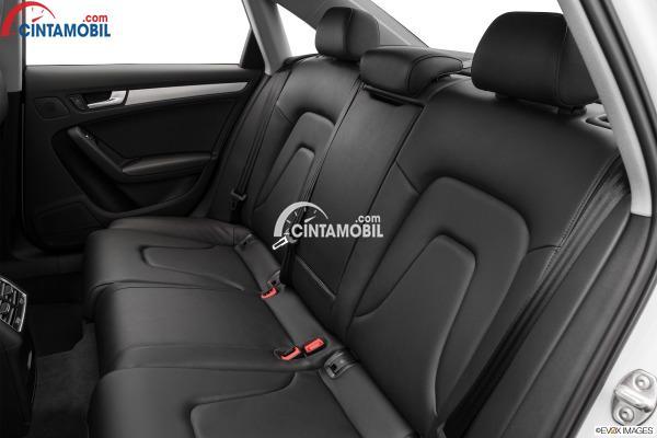 Gambar bagian kursi belakang mobil Audi A4 2016 berwarna abu-abu