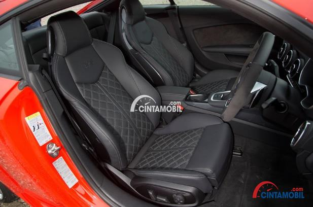 Gambar dua kursi berwarna abu-abu mobil Audi TT 2017