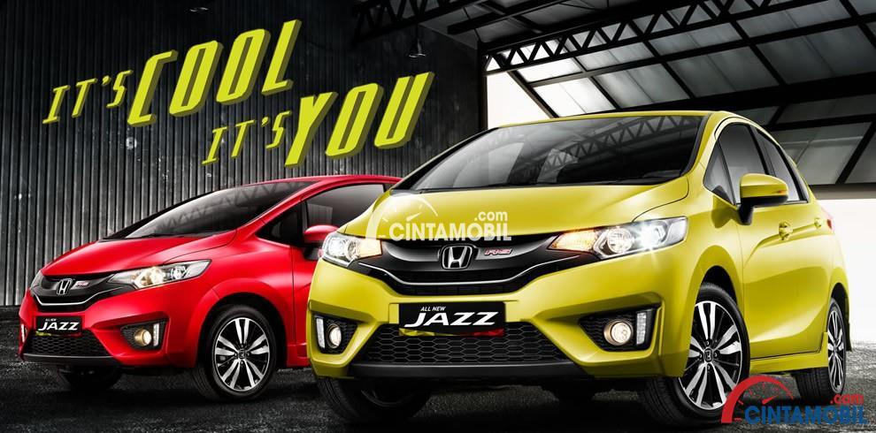 Gambar 2 mobil Honda Jazz di sebelah kiri berwarna merah dan di sebelah kanan berwarna kuning di lihat dari bagian depan
