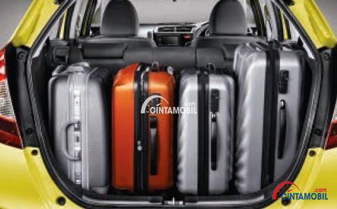 Gambar ruang Bagasi Honda Jazz 2016 dengna 4 koper, 1 besar dan 3 kecil di dalam