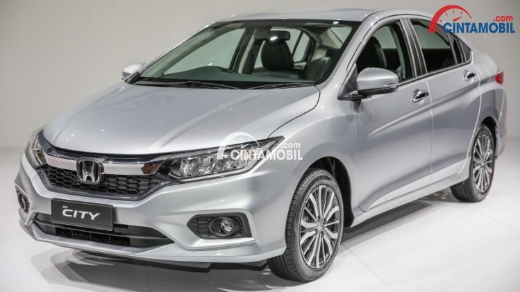 Gambar mobil Honda City 2017 berwarna silver dilihat dari bagian depan