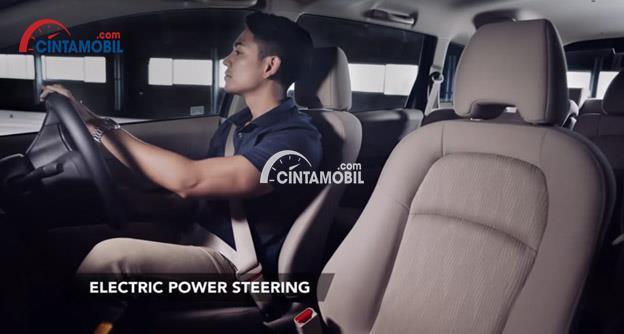 Gamabr seorang laki-laki sedang duduk di dalam mobil Honda Mobilio 2017 dan menggunakan electrik power steering